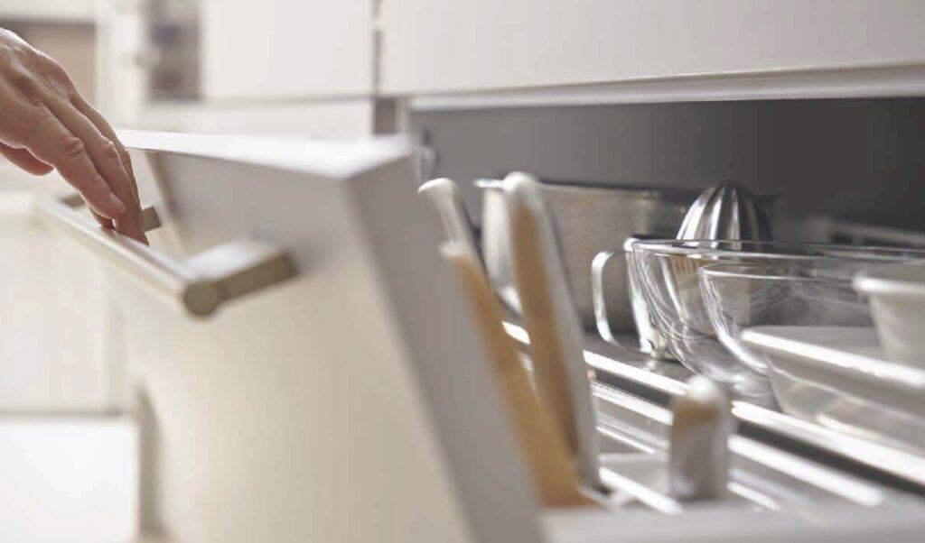 少ない力、楽な姿勢で調理器具が取り出せるリクシルリシェルのらくパッと収納/出典:同カタログ